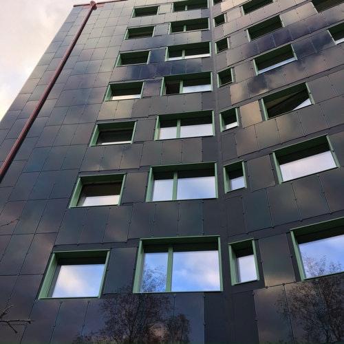 Den solcellstäckta fasaden på Stacken i Bergsjön i Göteborg