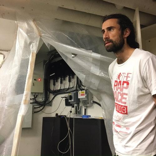 Dan-Eric Archer, projektledare för renoveringen av Stacken och en av de boende i huset, visar upp växelriktaren