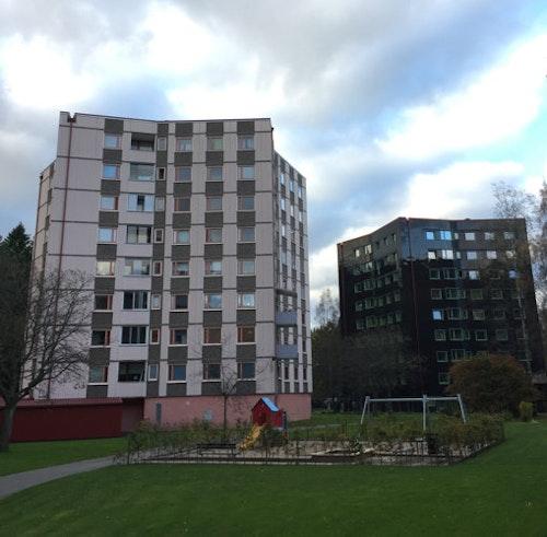 Till höger Stacken, huset i Bergsjön som är täckt med solceller, och till vänster ett av grannhusen som ser ut som Stacken gjorde innan renoveringen