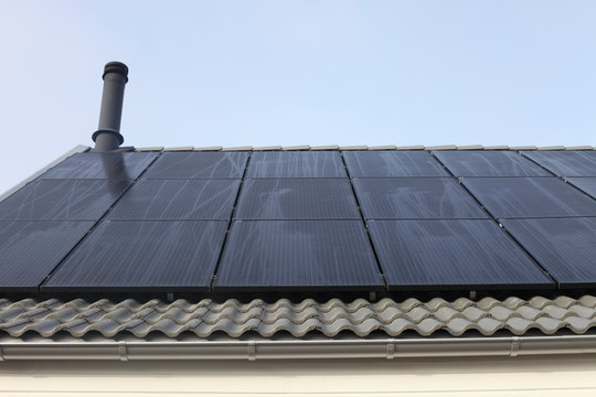 Ett tak med helsvarta monokristallina solpaneler