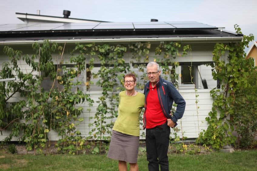 Sven och Cecilia framför deras nyinstallerade solcellsanläggning i Kungsbacka.