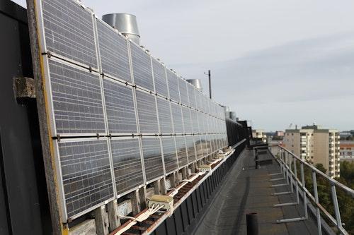Sveriges äldsta nätanslutna solcellsanläggning, högst upp på Brf Den Gyldene Porten i Huvudsta