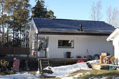 En pågående installation av ett integrerat solcellssystem bestående av Soltechs ROOF-solpanna