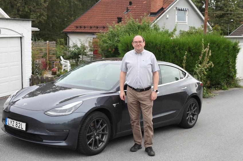 Tibor Blomhäll, president för Tesla Club Sweden, framför sin Tesla Model 3.
