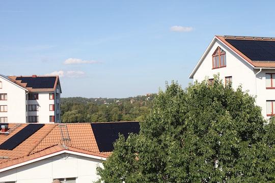 Tre solcellsbeklädda tak på i Hägerstenshamnen
