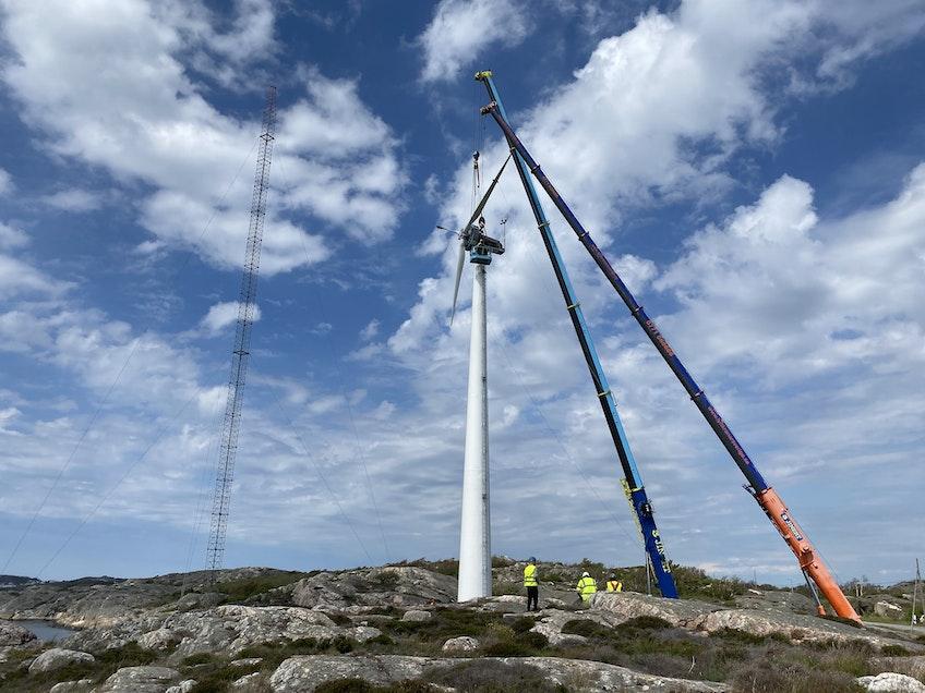 Turbinen på Modvions vindkraftstorn - det första vindkrafttornet av trä i Sverige - kommer på plats.