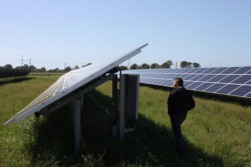 Ola Wilhelmsson, projektledare för solcellsparken Solsidan i Varberg, kontrollerar elproduktionen