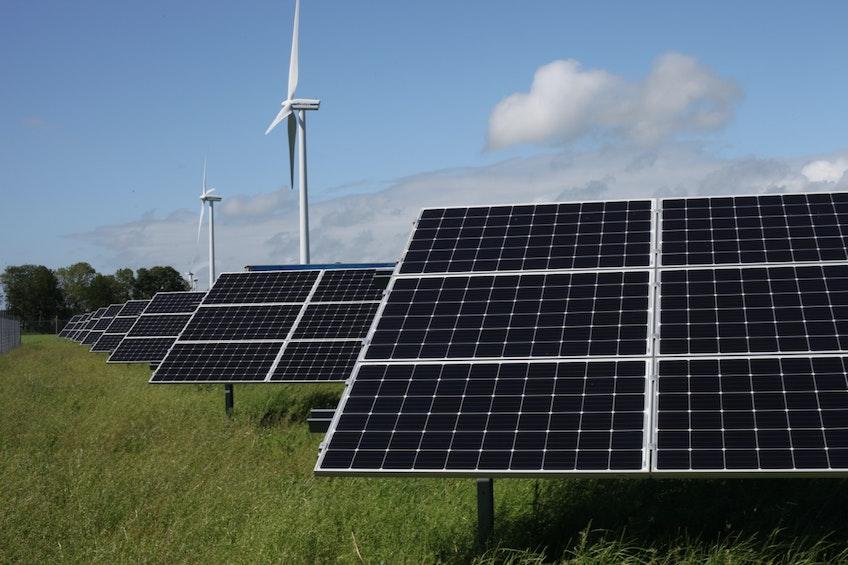 Vindkraftverk och rader med solcellsmoduler i Varberg.